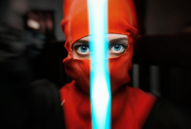 Vrouw in een ninja-kostuum