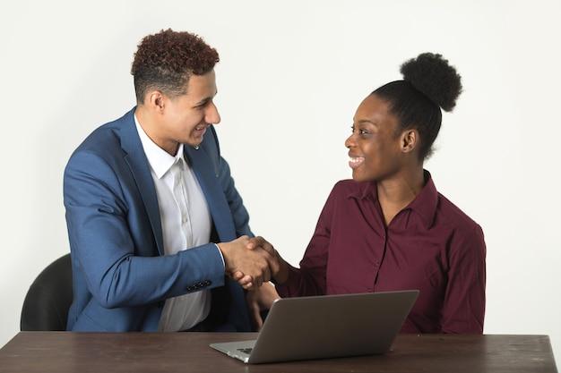 Vrouw in een ontmoeting met een man aan tafel met een laptop
