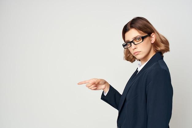 Vrouw in een pak emoties werken professionele manager