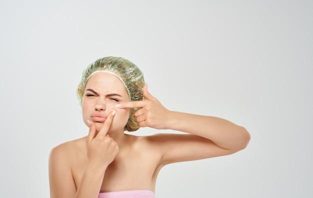 Vrouw in een pet acne op het gezicht en cosmetologie dermatologie huidverzorging