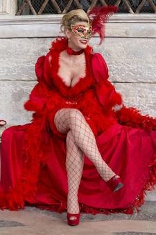 Vrouw in een prachtige jurk en traditioneel venetië-masker tijdens het wereldberoemde carnaval