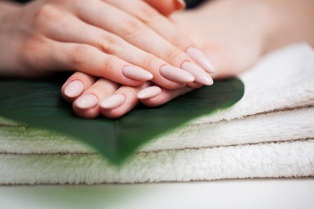 Vrouw in een schoonheidsstudio die een nieuwe manicure doet