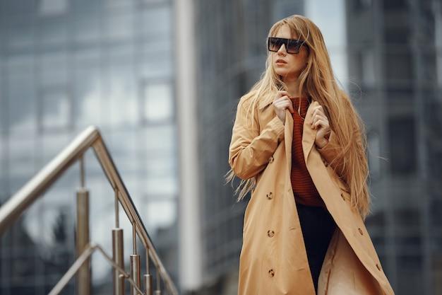 Vrouw in een stijlvolle kleding in een zomerstad