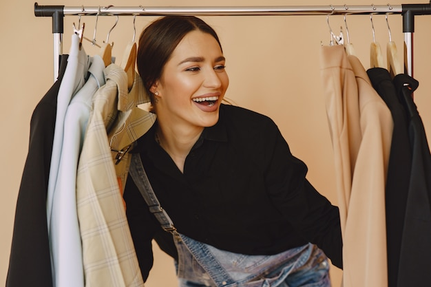 Vrouw in een studio met veel kleding