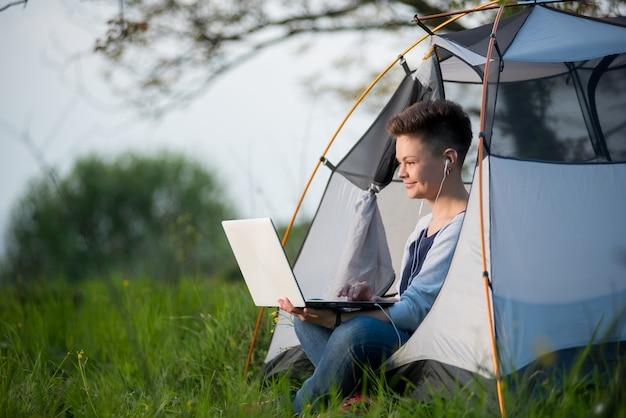 Vrouw in een tent buitenshuis