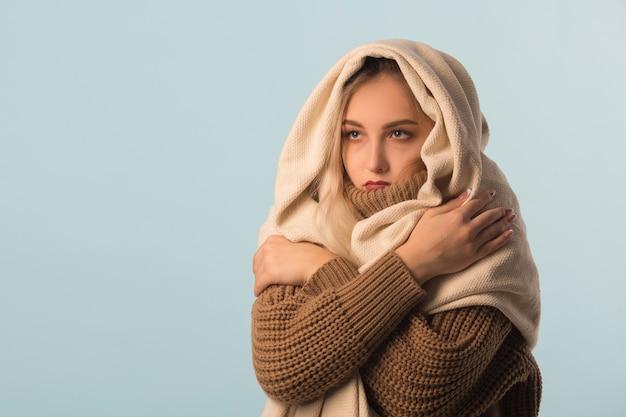 Vrouw in een trui met pillen in handen
