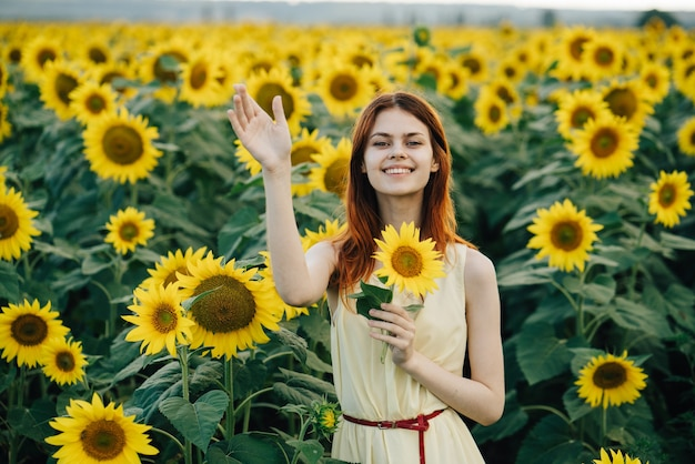 Vrouw in een veld met zonnebloemen