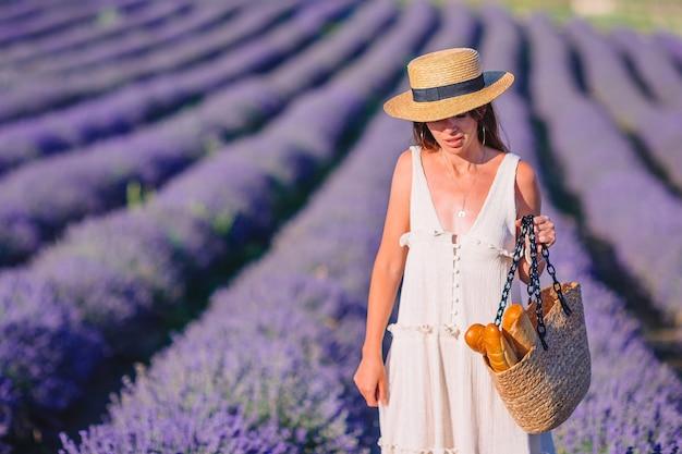 Vrouw in een veld van lavendelbloemen