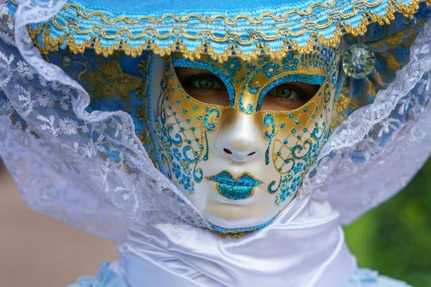 Vrouw in een venetiaans masker en een mooie carnaval jurk