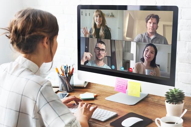 Vrouw in een videoconferentiegesprek in haar thuiskantoor tijdens de coronaviruspandemie