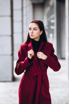 Vrouw in een warme rode jas buitenshuis