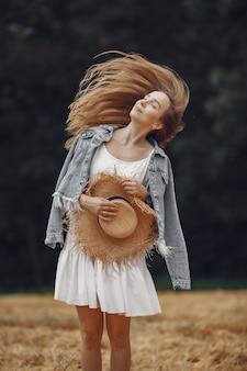 Vrouw in een zomer-veld. dame in een witte jurk.