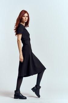 Vrouw in een zwarte jurk, volledig schot