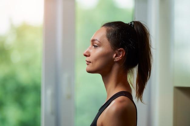 Vrouw in een zwarte training strakke top