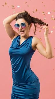 Vrouw in elegante jurk zonnebril dragen op feestje