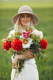 Vrouw in elegante kleding die zich in een de zomergebied bevindt