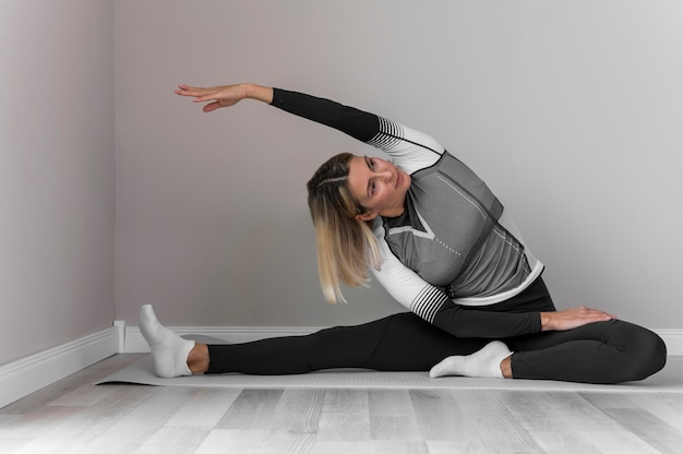 Vrouw in fitness kleding oefeningen doen