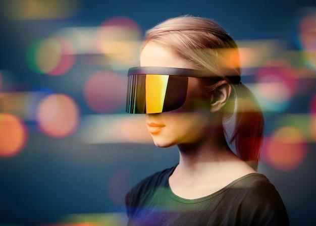 Vrouw in futuristische bril op grijze ruimte