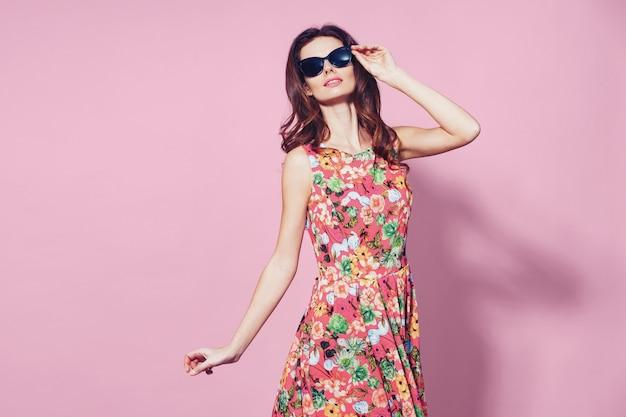 Vrouw in gebloemde jurk
