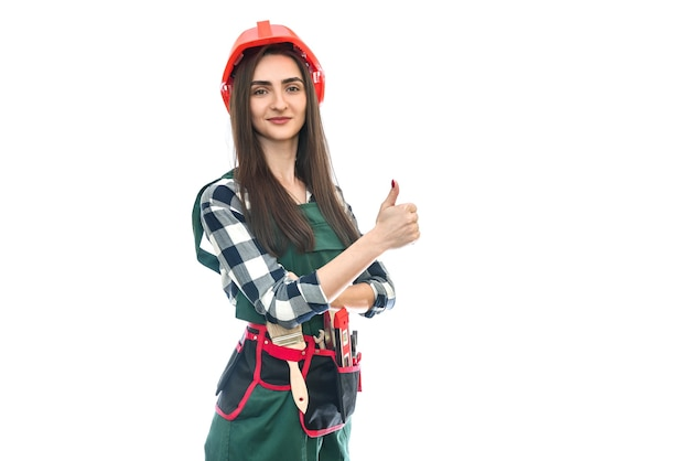 Vrouw in gereedschapsriem en overall op wit wordt geïsoleerd