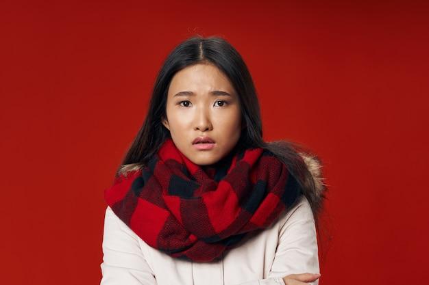 Vrouw in geruite sjaal koelte levensstijl