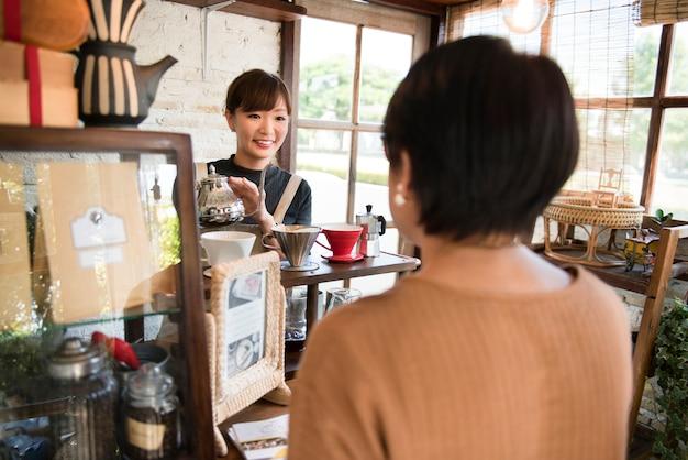 Vrouw in gesprek met een klant