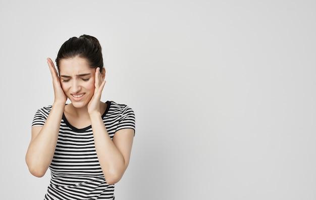 Vrouw in gestreept t-shirt tanden pijn emoties tandheelkunde
