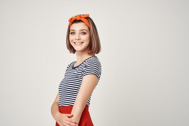 Vrouw in gestreepte t-shirt studio poseren oranje pleister. hoge kwaliteit foto