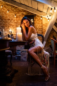 Vrouw in gezellige avond interieur met kaarsen
