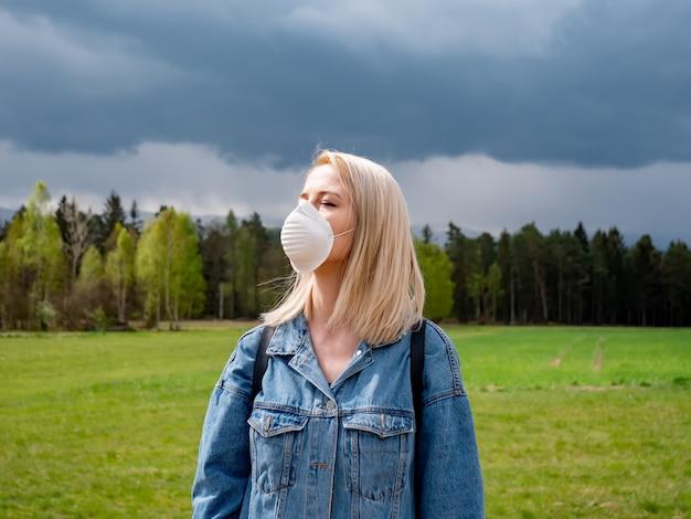 Vrouw in gezichtsmasker rust in bergen van sudeten