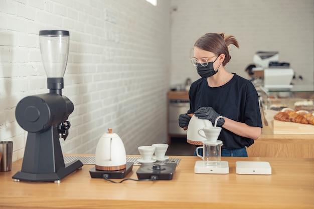 Vrouw in glazen met hardwerkende dag in cafetaria