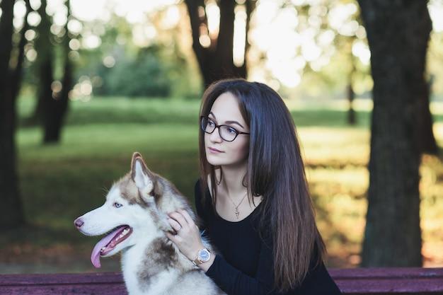 Vrouw in glazen met husky hond