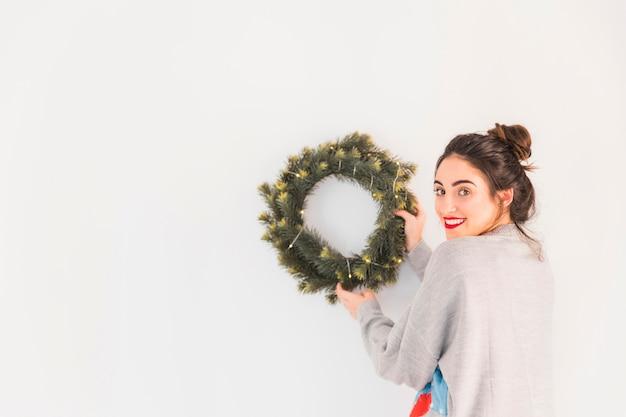 Vrouw in grijze hangende kerstmiskroon