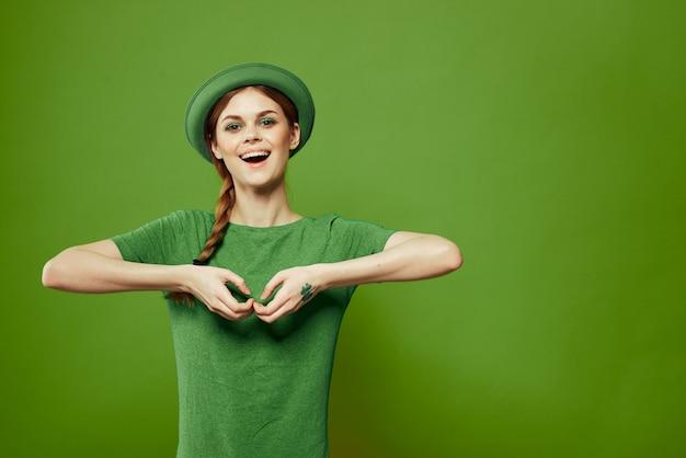 Vrouw in groen, st. patrick's day, groen klavertje vier, groene achtergrond