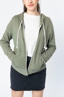 Vrouw in groene hoodie jas winter kleding shoot