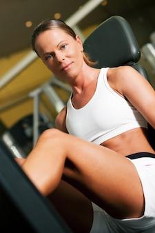 Vrouw in gymnastiek op machine