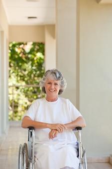 Vrouw in haar rolstoel