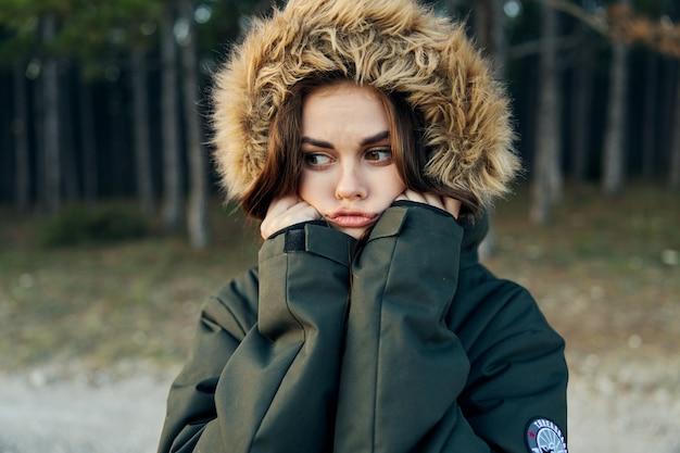 Vrouw in herfst jas met capuchon koele natuur frisse lucht