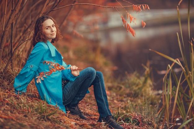 Vrouw in herfst park