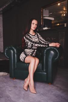 Vrouw in het binnenland van het luxehuis