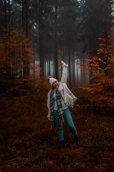 Vrouw in het bos tijdens de herfst