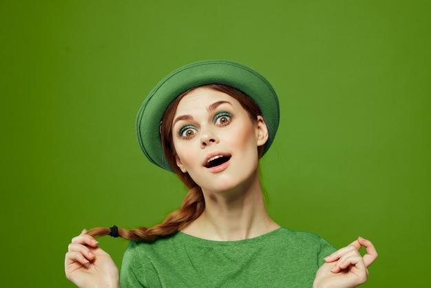 Vrouw in het groen, st. patrick's day, groen klavertje vier