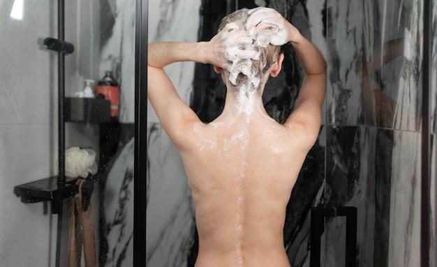 Vrouw in het haar van de douchewas met shampoo.