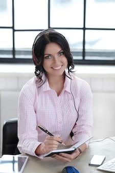 Vrouw in het kantoor