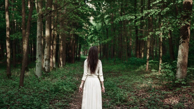 Vrouw in het magische bos