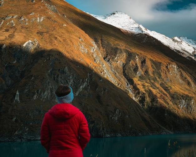 Vrouw in het rood bij alpen