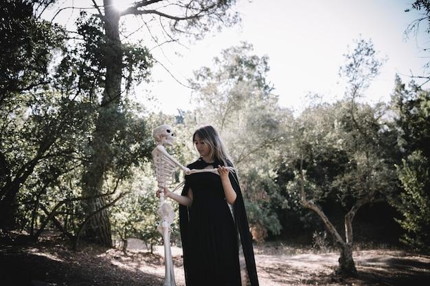 Vrouw in het skelet van de heksenkostuum