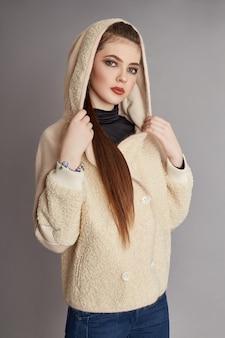 Vrouw in het voorjaar, herfst jas mode kleding