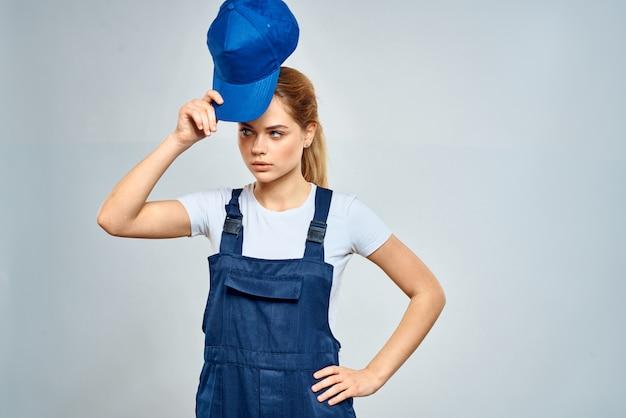 Vrouw in het werk eenvormige blauwe pet