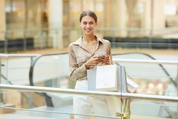 Vrouw in het winkelcentrum